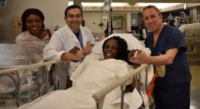 Thelma Chiaka com a equipe médica que fez seu parto em Houston, no Texas