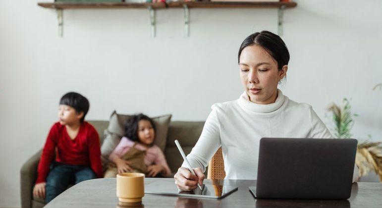 A sociedade exige que mulheres façam tudo o tempo todo, como trabalhar e cuidar dos filhos