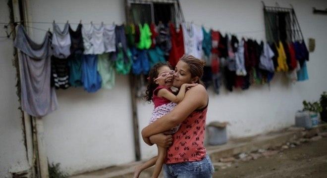 Gabriela Azevedo com a filha, Ana Sophia, que nasceu com microcefalia, em Olinda