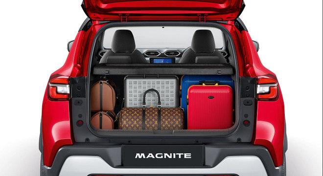 Porta-malas de 336 litros demonstra bom espaço interno a bordo do diminuto veículo da Nissan