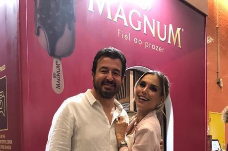 O fotógrafo Marcos Alberti ao lado da atriz e apresentadora Flávia Viana