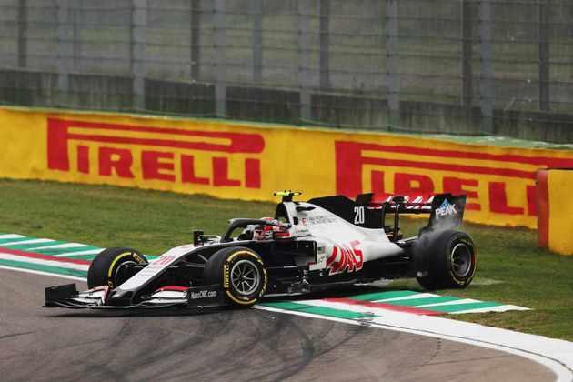 Magnussen foi tocado por Vettel na primeira volta e caiu para o fim do pelotão