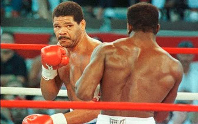 Maguila nocauteado: Maguila foi o grande nome do boxe brasileiro. Uma de suas lutas mais importantes foi contra Evander Holyfiled. Caso vencesse, ele teria a chance de enfrentar Mike Tyson. Maguila começou com tudo, dando esperança aos brasileiros. Contudo, gastou muita energia e foi nocauteado no segundo round.