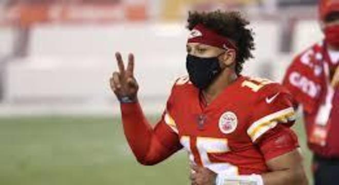 Patrick Mahomes, de máscara, mesmo durante o jogo contra os Texans