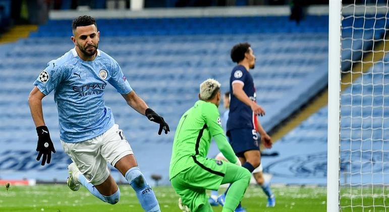 Mahrez fez dois gols na classificação do City contra o PSG