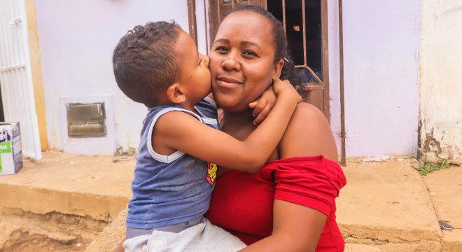 Maiane e o filho Kailer Levi, que estuda em escola mantida por instituição no sertão nordestino