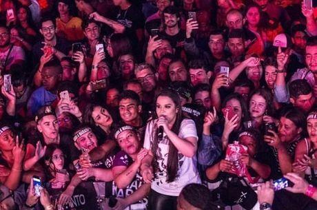 Maiara no meio dos fãs
