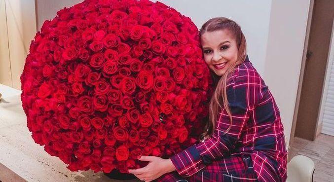 Maiara exibiu buquê de flores gigante que ganhou de Fernando