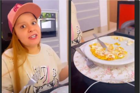 Cantora exagerou na maionese na hora de comer omelete