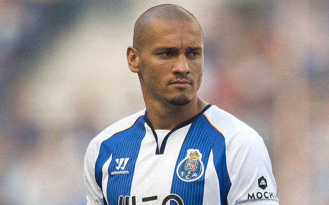 MAICON - Revelado pelo Cruzeiro, o zagueiro Maicon fez história no Porto. Jogou entre 2009 e 2016 pelo Dragão. Ganhou a Liga Europa em 2011 e foi três vezes campeão nacional.