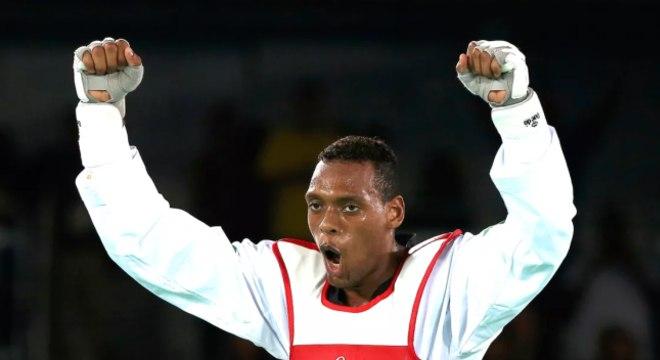 Maicon comemira vitória no taekwondo