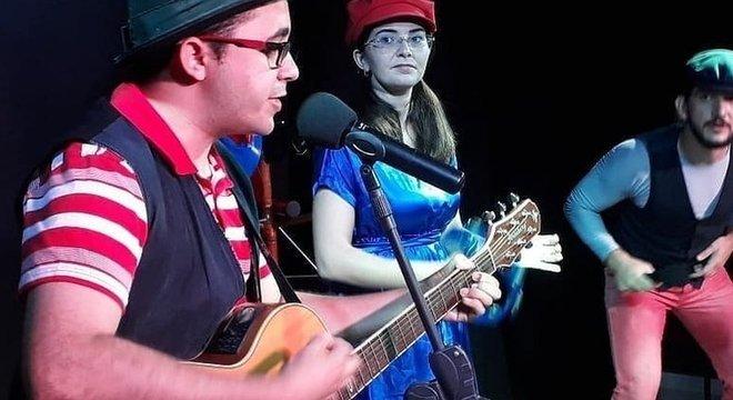 Mailson e sua mulher, Yane, cuidam de uma companhia teatral em sua cidade, Varjota