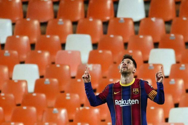 Maior artilheiro de um mesmo clube, com 672 gols. Oficialmente, Messi passou a marca de Pelé, que balançou as redes 643 vezes para o Santos.