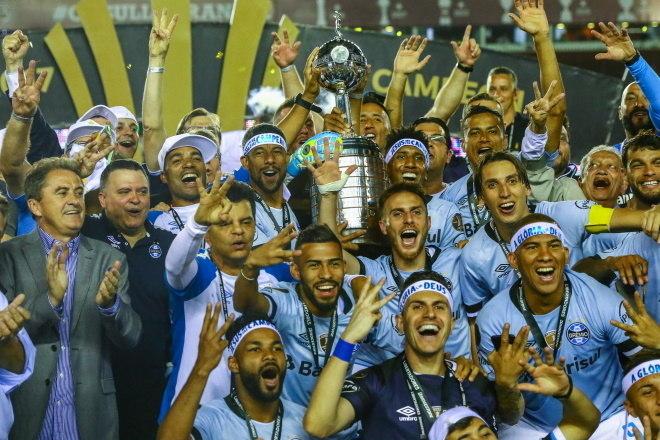 6º Grêmio - 11 títulos1 Libertadores da América (2017)2 Copas do Brasil (2001 e 2016)1 Recopa Sul-Americana (2018)1 Campeonato Brasileiro Série B (2005)6 Campeonatos Gaúchos (2001, 2006, 2007, 2010, 2018 e 2019)