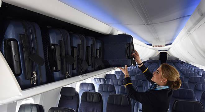 Bagageiros de cabine de um Boeing 737-800 comportam 118 bagagens de mão