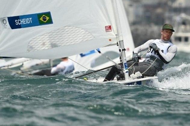 Maior medalhista do Brasil na história dos Jogos Olímpicos com cinco pódios, Robert Scheidt subiu posições na disputa da classe laser da vela, em Tóquio. O bicampeão olímpico subiu para o oitavo lugar na classificação geral.