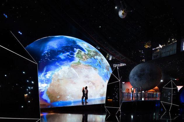 Os visitantes poderão participar de diversas exposições imersivas relacionadas à astronomia e também realizarem cursos em um centro de educação e pesquisas instalado no local