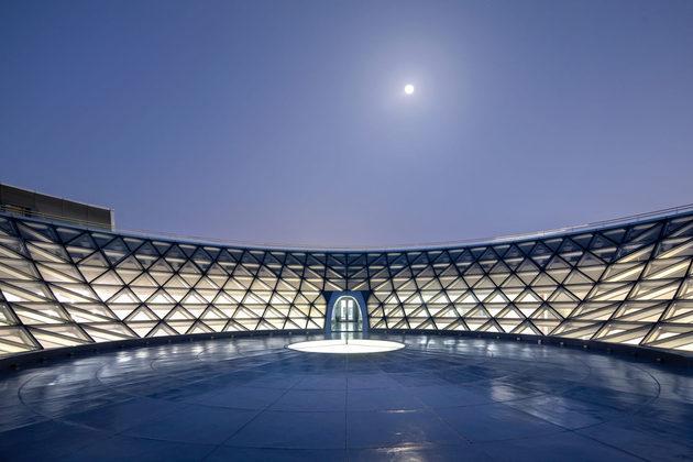 A Cúpula Ivertida, no telhado do SAM, é uma das atrações mais interessantes, uma vez que os visitantes podem ter acesso uma visão aberta do céu