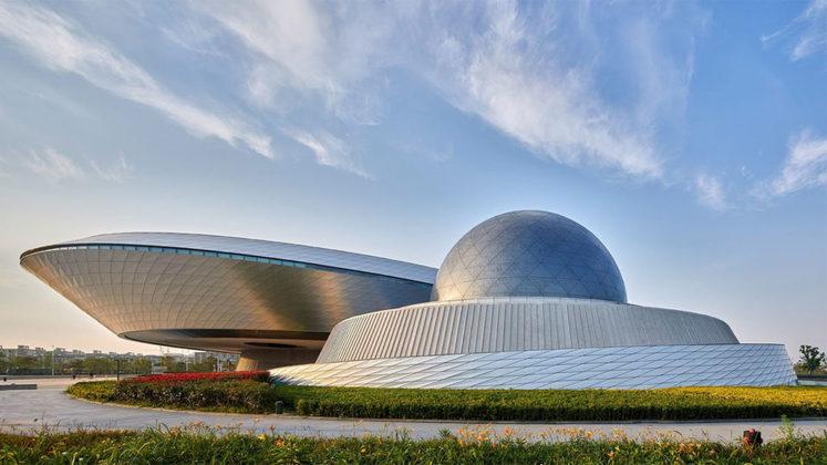 A ausência de ângulos retos no design do museu, de acordo com aEnnead Architects, empresa responsável pela construção, tem como objetivo representar o universo em movimento