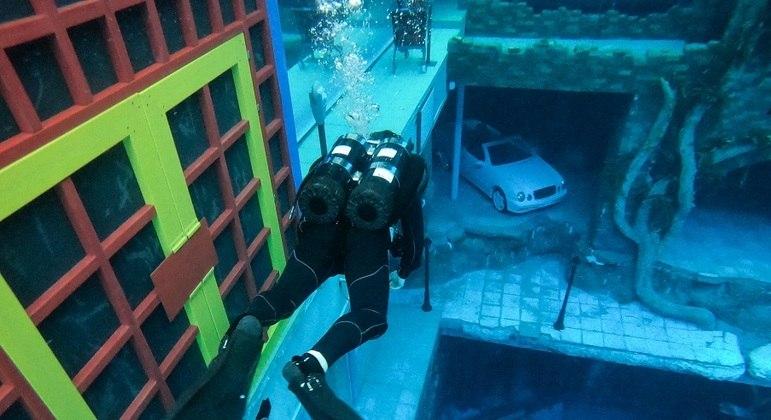 Dubai inaugura a maior piscina do mundo para mergulho e vai para o Guiness