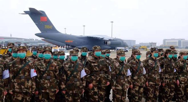 Foram enviados mais 2.600 médicos militares para Wuhan nesta quarta-feira (13)