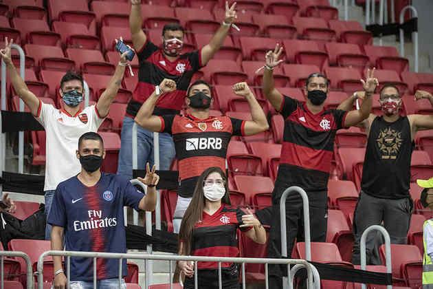 Mais fotos da torcida no Mané Garrincha antes da bola rolar.