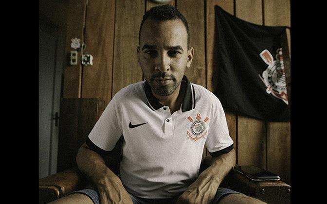 Mais um fanático pelo Timão portando a nova camisa 1 do clube que será utilizada em breve pelo time.