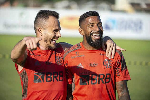 Mais um registro da recepção de Rodinei pelos companheiros de Flamengo.