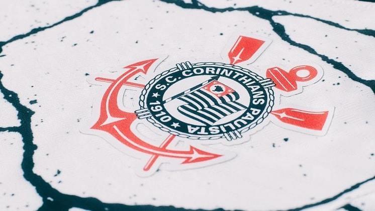 Mais uma foto em detalhe do símbolo do clube na nova camisa 1.
