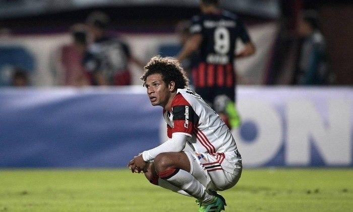 Mais uma vez chegando à rodada final em uma situação confortável, o Flamengo viu a única de nove combinações que o eliminava acontecer. E, novamente, com gol nos acréscimos. Com um gol aos 46 do segundo tempo, o San Lorenzo venceu o Rubro-Negro de virada e decretou a terceira eliminação consecutiva na fase de grupos.