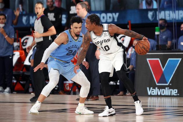 Mais uma vez jogando como ala-pivô, DeMar DeRozan (San Antonio Spurs) obteve 14 pontos, sete assistências e quatro rebotes diante do Memphis Grizzlies. DeRozan foi o responsável por fechar o jogo com dois lances livres. O Spurs aproxima-se de uma disputa no play-in, hoje contra o mesmo Grizzlies. Se terminasse hoje, os dois times disputariam a última vaga em dois jogos