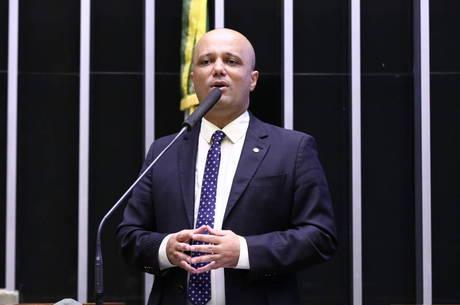 """Deputado Vitor Hugo deve """"cair para cima"""""""