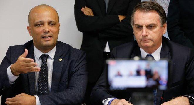 Bolsonaro não formou uma base antes de assumir, ao contrário dos antecessores, argumenta Vitor Hugo (esq.)