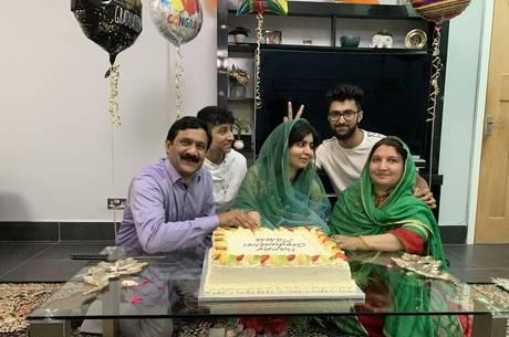 Malala comemora formatura com a família