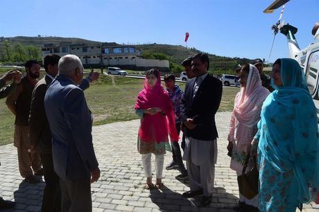 Malala e o pai em visita ao Vale do Swat em 2018