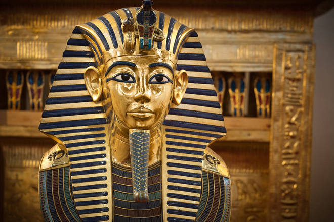 Se lembrarmos que as najas eram um dos símbolos da monarquia egípcia, presente até na máscara mortuária de Tut, o fato parece significativo e um presságio de algo ruim