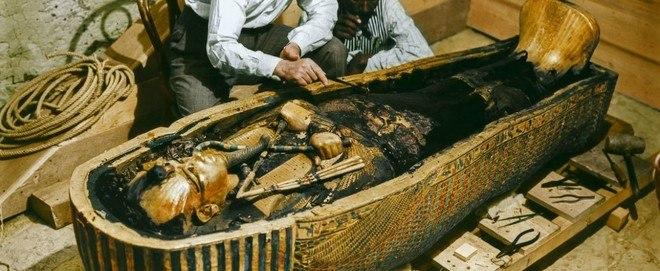 O local era impressionante: três caixões de ouro maciço, um dentro do outro, guardavam o corpo dele