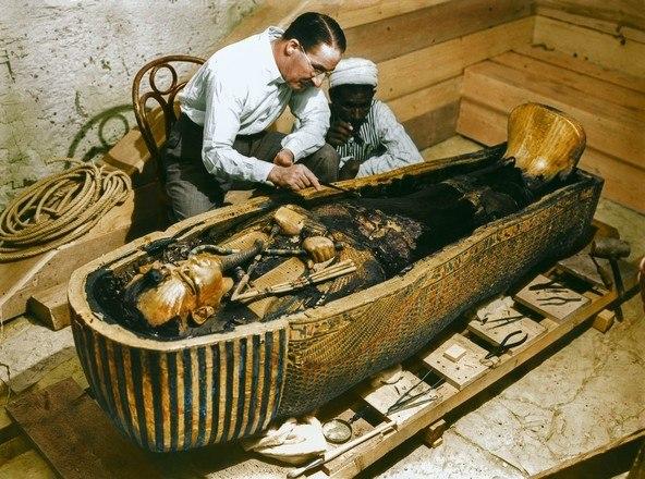 Em novembro de 1922 o arqueólogo Howard Carter entrou numa tumba antes lacrada e deu uma olhada no que tinha lá dentro. Segundo registros, ele disse que para os que o acompanhavam: 'Aqui dentro, vejo maravilhas'.Era a tumba do Faraó Tutancâmon, cheia de tesouros e belezas. Mas que carregava consigo uma maldição descrita como 'terrível' anos depois