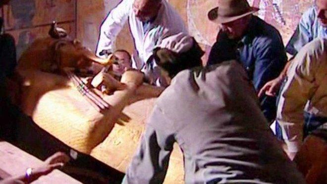 A história da suposta maldição do túmulo do faraó (até então um monarca obscuro da chamada dinastia XVIII) até hoje é tema de especulações intensas, quanto de quem acredita quanto de investigadores que a desmentem