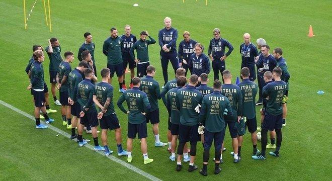 Roberto Maldini, o treinador da Itália, numa preleção