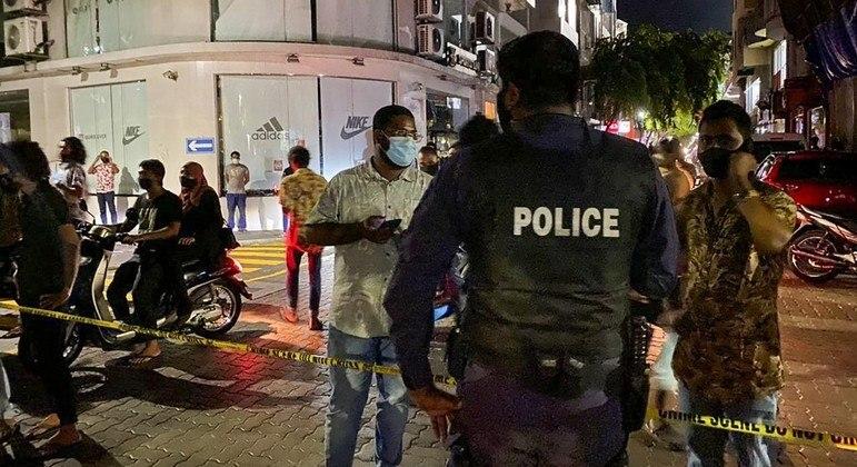 Polícia cerca o local onde aconteceu o atentado, na capital do país, Malé