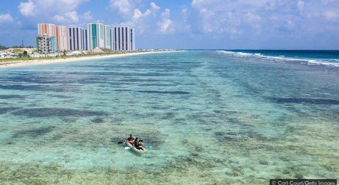 Diante da atual previsão de aumento do nível do mar, todas as cerca de 200 ilhas naturais habitadas das Maldivas podem estar submersas até 2100