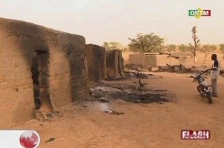 Vila foi incendiada durante massacre no Mali