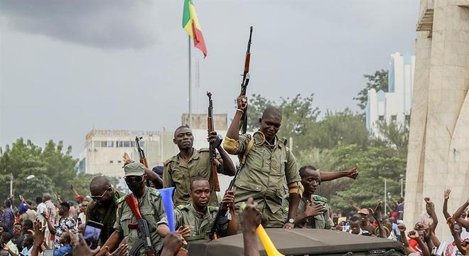 Militares são saudados, pouco antes de prenderem o presidente Ibrahim Boubakar Keïta