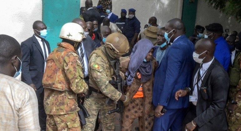 Suspeito de tentar esfaquear Assimi Goita é levado por membros da guarda do presidente interino
