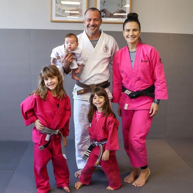 Malvino e família reunida no tatame