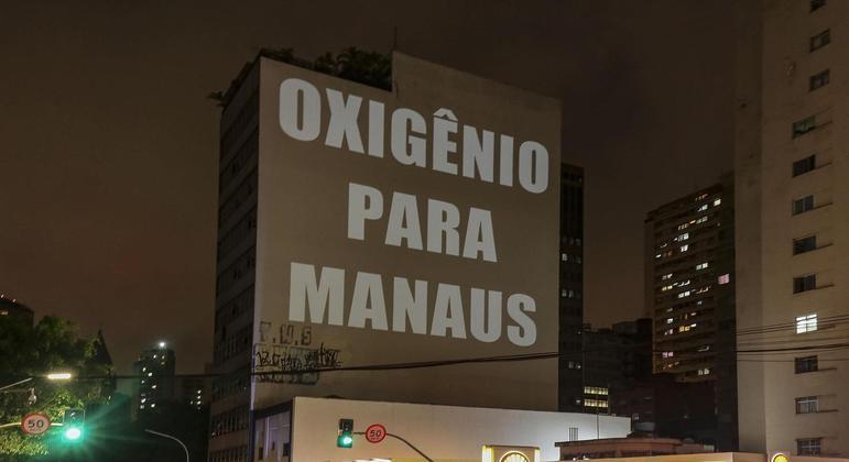 Projeção no centro da cidade de São Paulo, SP, com os dizeres ¨Oxigênio pra Manaus¨, nesta quinta feira