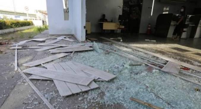 Estragos causados em uma delegacia de polícia no centro de Manaus, alvo de tiros