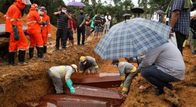 Caixões de vítimas da covid-19 sendo sepultados em Manaus, no Amazonas