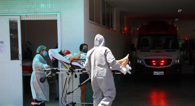 Paciente com covid-19 é atendida em hospital de Manaus